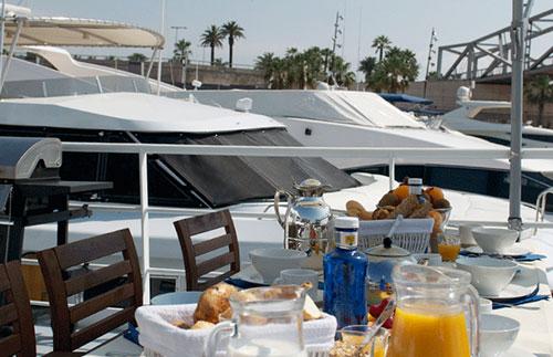 Overnatting på båt med en god frokost på dekk
